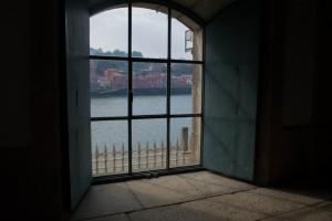 Skats no kāpņu telpas uz Douro upi